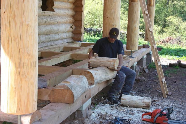 Stavba srubu - Kamarád si hraje a dělá lavičky ze zbytků