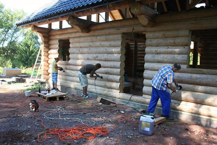 Stavba srubu - A brousíme