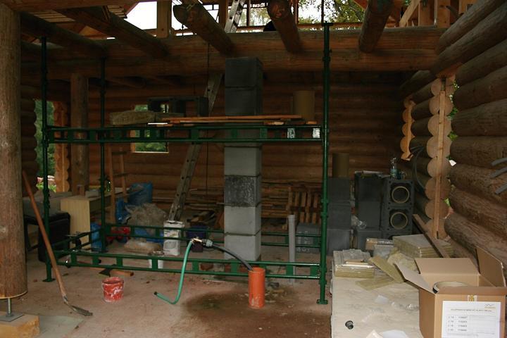 Stavba srubu - Stavíme komín na etapy :) Docela se kýval, muselo se čekat, až to ztvrdne