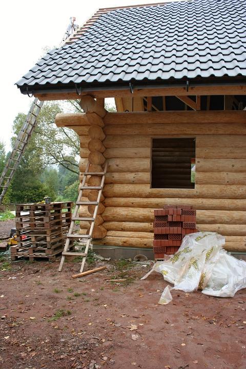 Stavba srubu - Kousek natřen základním olejem, je to vidět :)