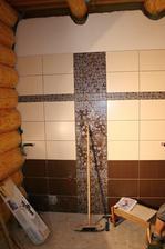 Jedna stěna koupelny hotová