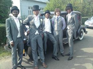 chlapci pred svadbou