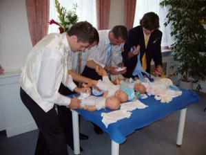 Manžílkovi to s dětmi půjde! Boj o nejrychlejší a nejestetičtější oblékání panenky s přehledem vyhrál!!! :o)