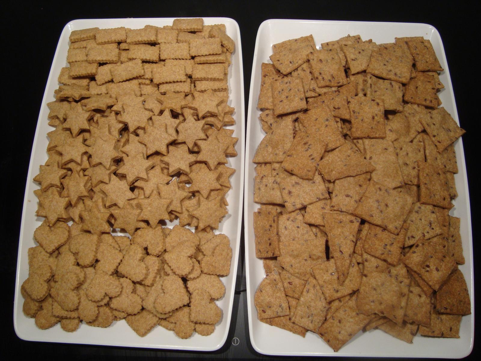 Moja záľuba - Vľavo: zdravé špaldové vianočné keksíky. Vpravo: slané špaldové krekry s ľanovými semienkami.