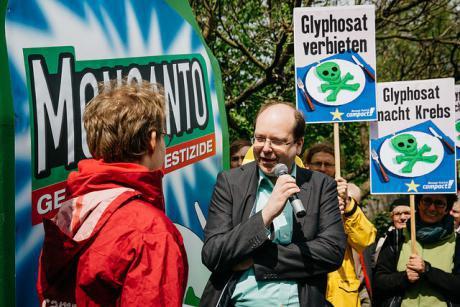 """Spolkové krajiny Nemecka volajú po zákaze používanie glyfosátu (Roundup) v celej EÚ.  Ministri na ochranu spotrebiteľa všetkých spolkových krajín Nemecka žiadajú zákaz dodávania a používania glyfosátu (Roundup) súkromným osobám z preventívnych dôvodov.  """"V záhradách, v parkoch a na detských ihriskách nemá tento pesticíd čo hľadať. Tiež si nemyslím že použitie v súkromných záhradách je vhodné,"""" povedal dolnosaský minister pre ochranu spotrebiteľa Christian Meyer.  viac tu zdroj nemecky: http://www.euractiv.de/sections/gesundheit-und-verbraucherschutz/pflanzenschutzmittel-glyphosat-bundeslaender-fordern-eu  anglicky: http://www.euractiv.com/sections/science-policymaking/german-states-call-ban-household-pesticide-314508 - Obrázok č. 1"""