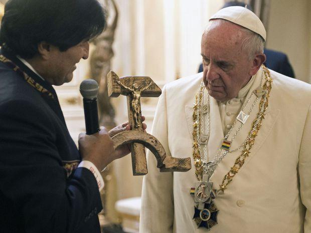 zaujímavý darček pre pápeža :) - Darček ktorému sa poteší každý veriaci, krucifix z kosáka a kladiva. :)