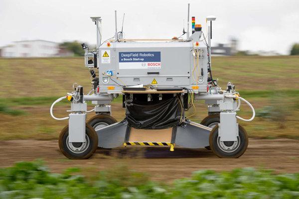 Roboti môžu nahradiť herbicídy. Stroj rozoznáva rastliny a potlačí tie, ktoré na poliach nechceme.  Čítajte viac: http://tech.sme.sk/c/20062257/farmari-mozu-vymenit-herbicidy-za-robotov.html#ixzz3pPtQjuVo http://www.bosch-presse.de/presseforum/details.htm?txtID=7361&locale=en - Obrázok č. 1