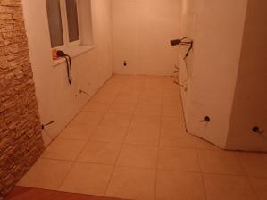 ...aj kuchyňa už vystierkovaná, dlažba položená, aj obklad v kuchyni :))..