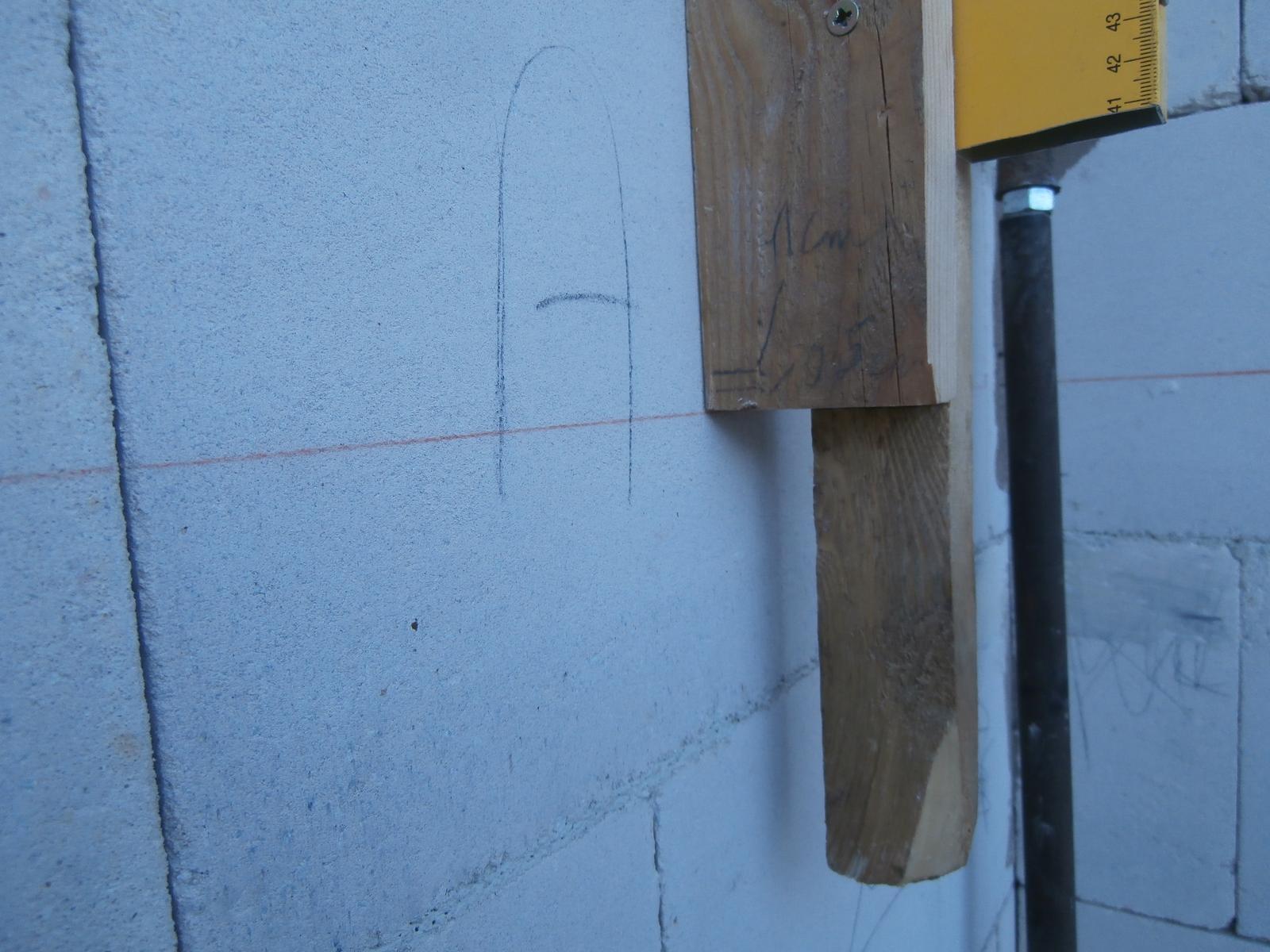 Bungalov z vápenno pieskových tvárnic(VPC) od Kalksandsteinu - Presnosť, ktorú si môže dovoliť iba svojpomocný stavebník :) Inak ide o sablonu, ktoru som polozil na vrch debnenia a nastavil som debnenie vsade do rovnakej vysky(výška bola nanesená nivelákom zvonka aj zvnútra)