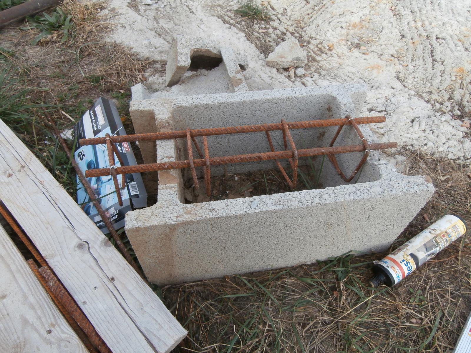 Bungalov z vápenno pieskových tvárnic(VPC) od Kalksandsteinu - Armatúra do mini venčeka, s ktorým som dorovnal výšku stlpu pri vchode, aby netrebalo použiť pomúrnicu a  mohol sa BSH navrtať priamo na stlp