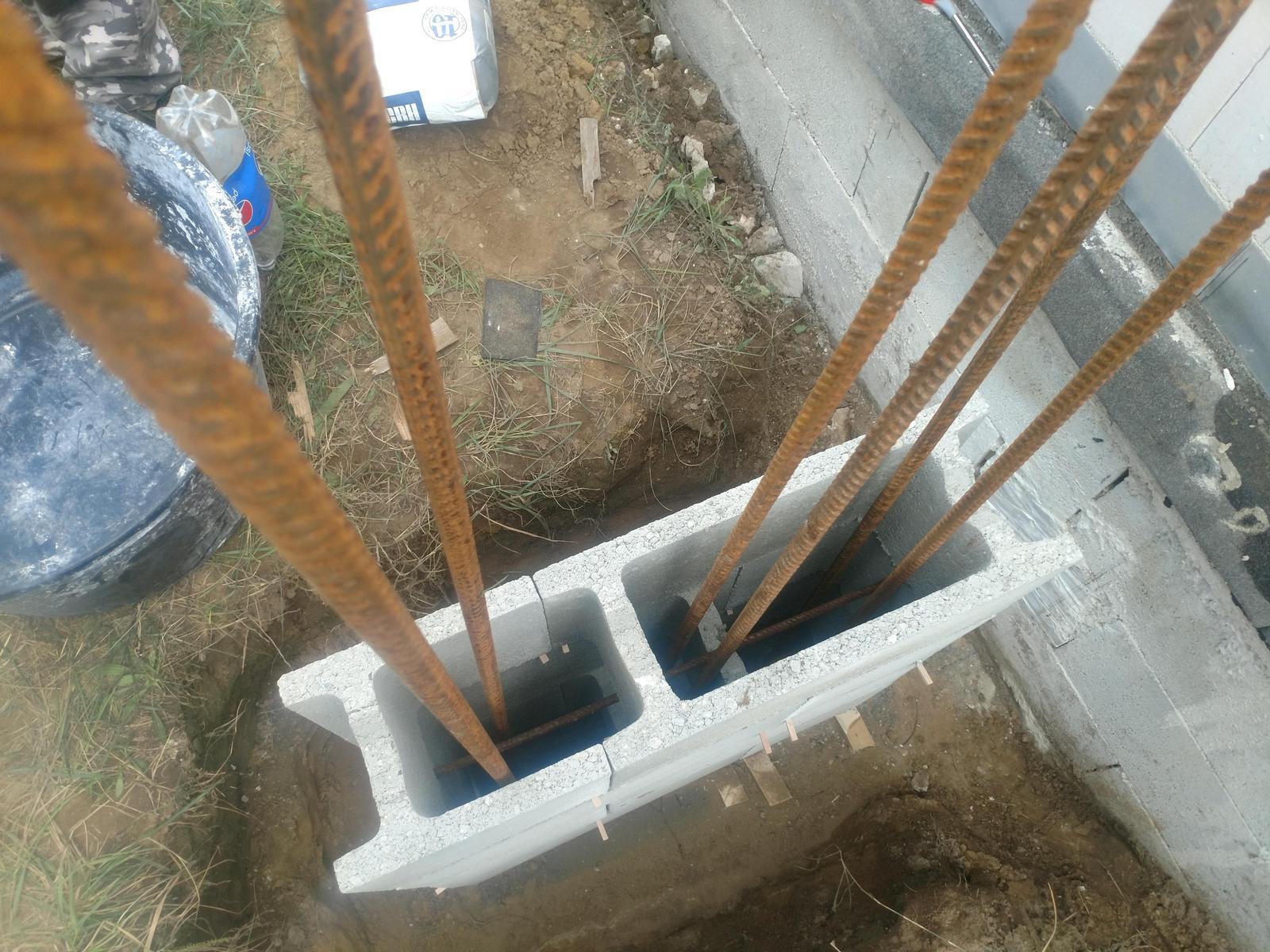 Bungalov z vápenno pieskových tvárnic(VPC) od Kalksandsteinu - Priemer ocele do podporného stlpu pri dverách 6 x Fi 16mm(na fotke je vidieť odsadenie stlpu od steny domu, kvôli prerušeniu tepelného mostu)