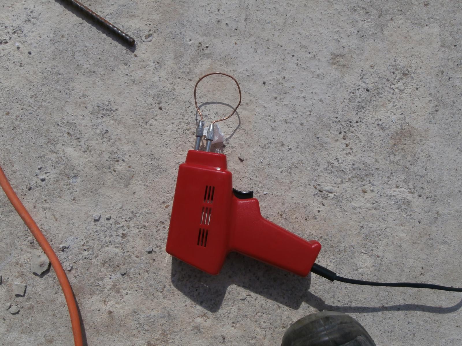 Bungalov z vápenno pieskových tvárnic(VPC) od Kalksandsteinu - Prípravok na rezanie zátok do vrchnej tehly( aby nezatiekol beton do otvorov na elektroinštaláciu)