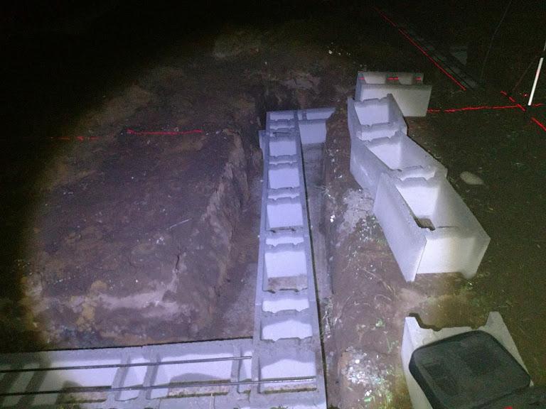 Bungalov z vápenno pieskových tvárnic(VPC) od Kalksandsteinu - Nedalo mi to, musel som skontrolovať pravé uhly po majstroch(na podiv všetko bolo 100%)