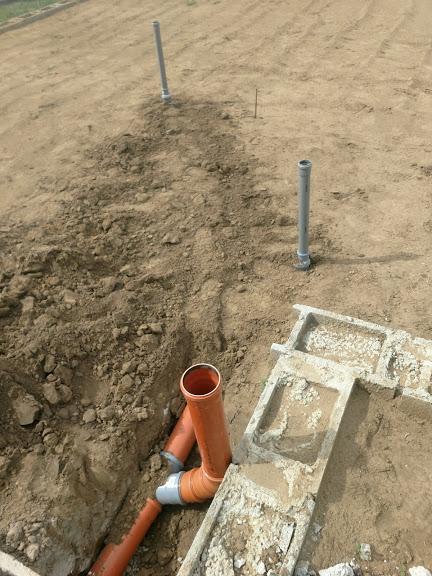 Bungalov z vápenno pieskových tvárnic(VPC) od Kalksandsteinu - Odtoky z kúpeľne, vzadu umývadlo, napravo vaňa a oranžová  bude geberit v oddelenom WC