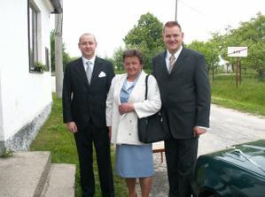 ženich s maminkou a bratrem, ještě doma