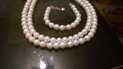 Moc to nejde na fotce videt, ale mezi perlami jsou kaminky jako byvaji treba v prstyncich. Ve skutecnosti se to krasne blysti a dodava to tomu smrnc :) Myslim, ze na slunicku to bude nadhera