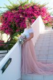 Nevěsta pózuje pod Bougenvilií