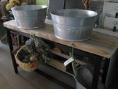 Dve záhradné umývadlá so stolíkom.,