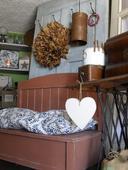 Vintage lavica s vysokou chrbtovou časťou.,
