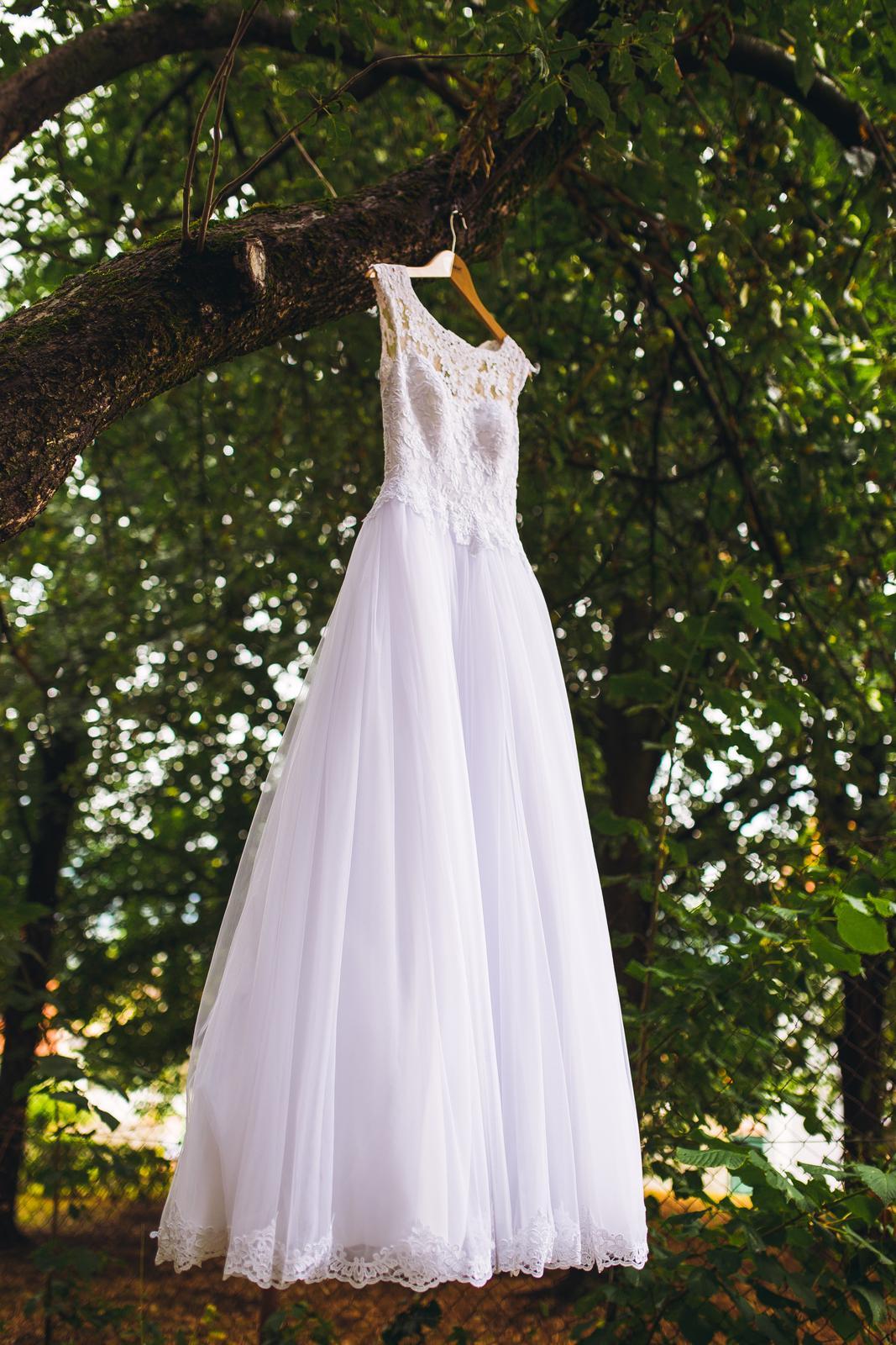 svadobné šaty s čipkovaným chrbtom a závojom - Obrázok č. 2