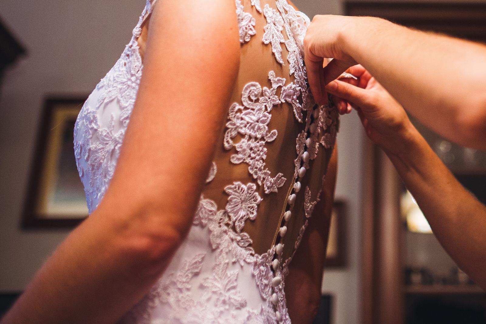 svadobné šaty s čipkovaným chrbtom a závojom - Obrázok č. 3