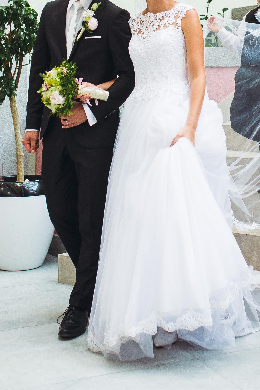 svadobné šaty s čipkovaným chrbtom a závojom - Obrázok č. 1