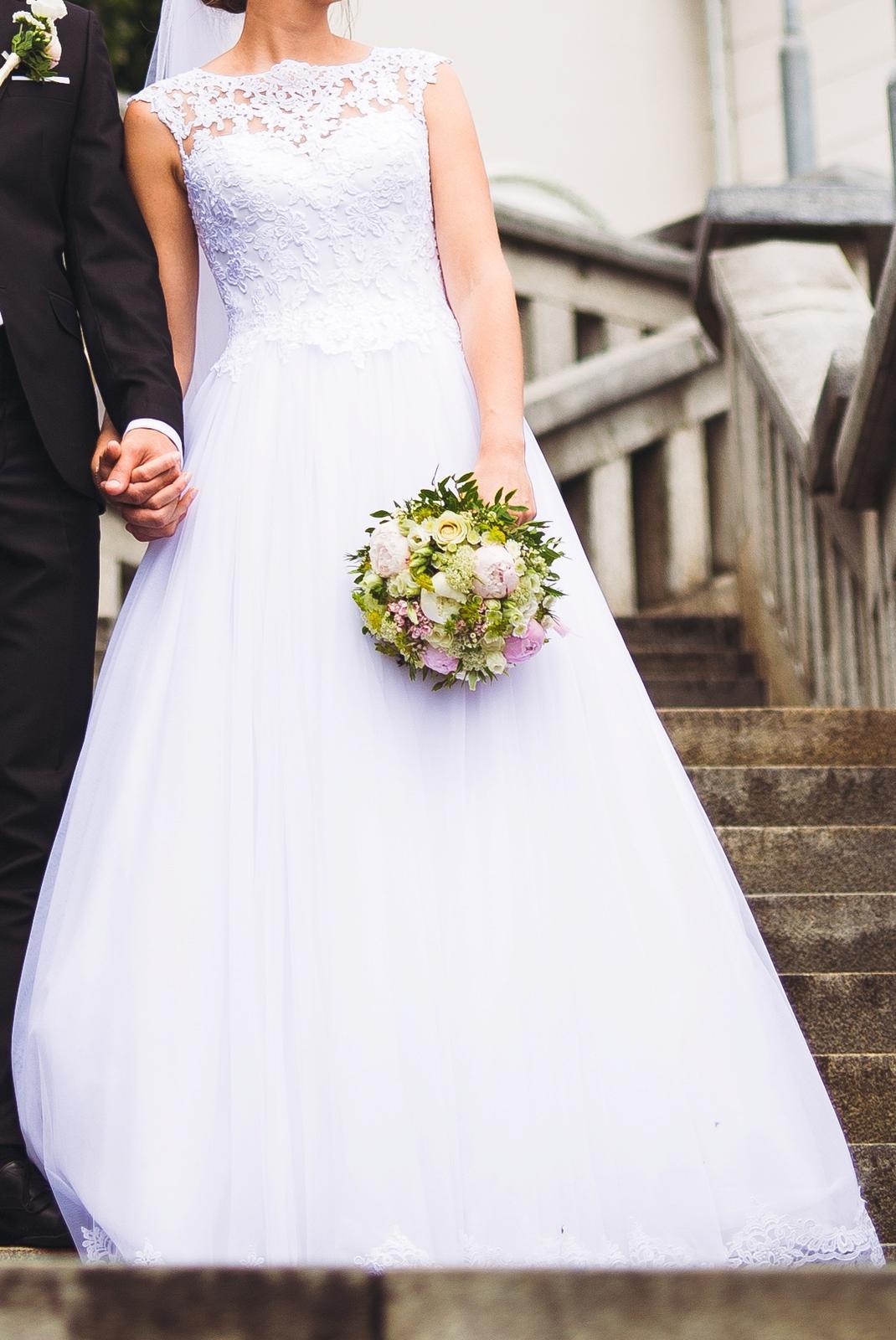 svadobné šaty s čipkovaným chrbtom a závojom - Obrázok č. 4