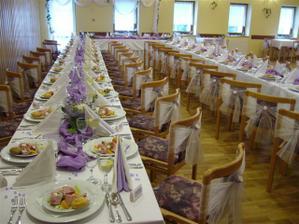 Krásná svatební tabule v lila