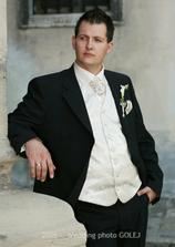 Tu je!!! Práve sa Vám prezentuje jesenný model svadobného obleku:-))))