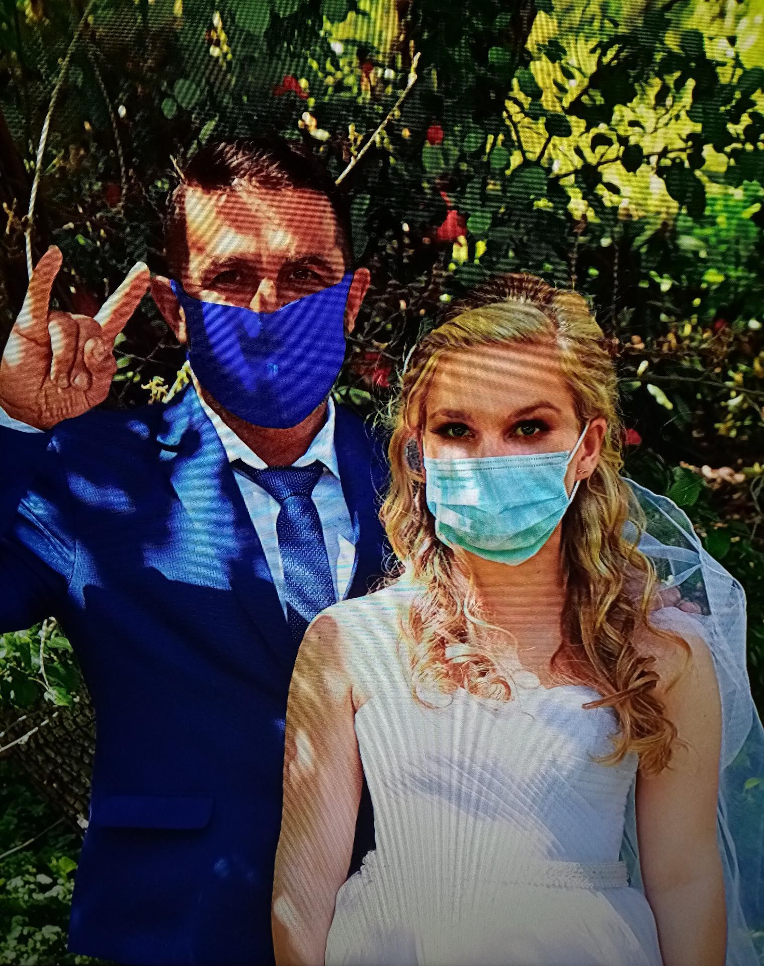 Je mi moc lito vsech svateb, kterych se nejak zle dotkl ten pitomy koronavirus.... I my jsme meli nervy cele dlouhe 3 mesice jak to s nami bude.... Svatbu jsme odkladali, premysleli jsme, zda nezrusit.... No nakonec jsme svatbu vratili na puvodni termin a tesne pred svatbou se zaclo vracet nastesti vse celkem k normalu a vyslo nam to tak jak jsme si prali...... Ale fotky jsme udelali nejake i rouskove.... 😀Preji vsem snoubencum, kterym se blizi jejich velky den D, aby to dopadlo vse tak jak si prejete.... 🥰 - Obrázek č. 1