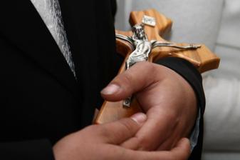 Darovaný krížik od kňaza
