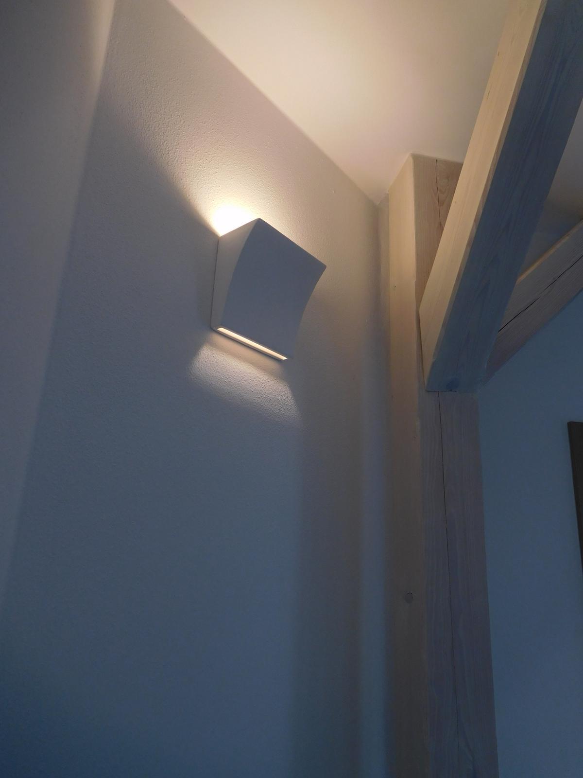 Náš nový domov - Nová světla v patře na chodbě.