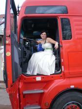Nakonec mě pustili za volant i ve svatební den