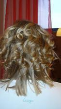 polotovar účesu: kudrny budou začínat výš a končít níž. Vlasy, co jsou teď vyžehlené, budou prostříhané (takové pejzy)