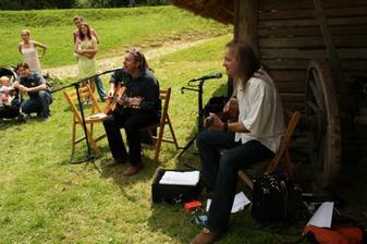 naši úžasní kytaristi - znělo to nádherně. Here comes the sun, tada dadá...