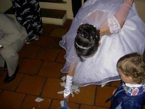 zametáme za ochotného pobízení svatebčanů:o)