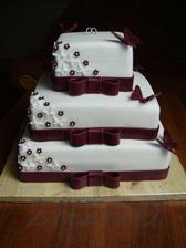 takže dortík vybrán - bude malinký na hoře a potom spouuusta malinkatých dortíků s mašličkou kolem - tak jako je teda