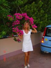 takhle jsem si to představovala, bílé šaty a kytička v této barvě (bude to ale asi jinak)