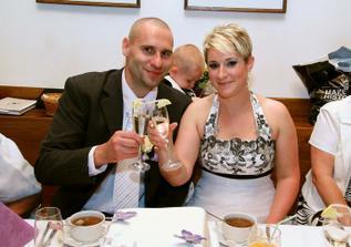 přípitek s darovanými skleničkami - se jmény a datem svatby