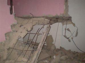 schody částečně zbourané..