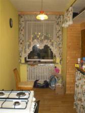 kuchyň dole, pohled na okno