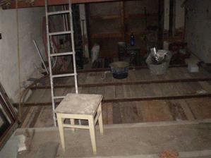 dělá se nová podlaha v původní garáži - je cca o metr výše než původní a bude z toho obývák