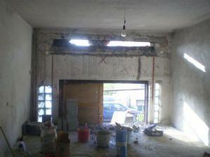 v obýváku bylo třeba zbourat kus zdi, aby se tam mohlo dát okno