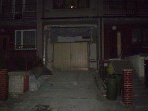 díra nad garážovými dveřmi, budoucí okno v obýváku