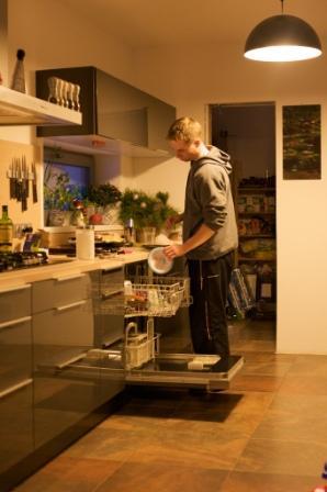 Naše stavba  - zařízení - Tměvě šedá kuchyň, hmědá podlaha