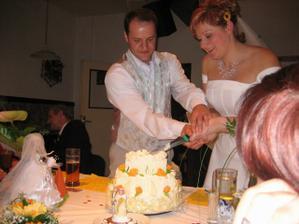 Krájení svatebního dortu... A že nám to spolu pěkně jde! :-)