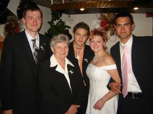 Babička s vnoučaty...