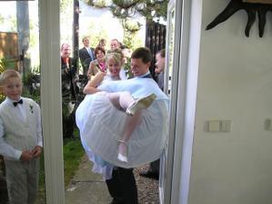 trošku hanbatá nevěsta