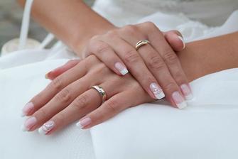 moje nechty s obrúčkou a snubným prstienkom