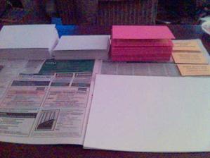 pracovní plocha při kompletaci obálek s oznámkama, pozvánkama a notama